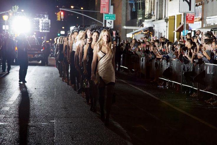 Необычный показ Alexander Wang в Нью-Йорке #Нью-Йорк #Неделямоды #КимКардашьян #АлександрВэнг #БеллаХадид
