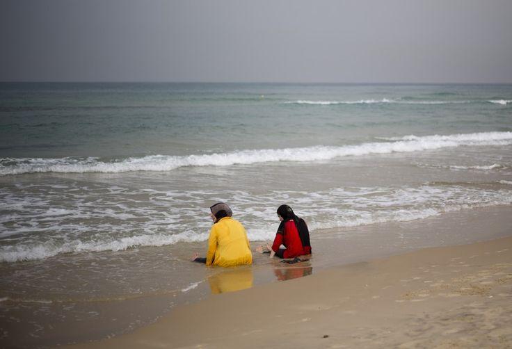 Mulheres muçulmanas se refrescam no mar Mediterrâneo em dia quente em Jaffa, Israel - http://epoca.globo.com/tempo/fotos/2013/10/fotos-do-dia-30-de-outubro-de-2013.html (Foto: AP Photo/Ariel Schalit)