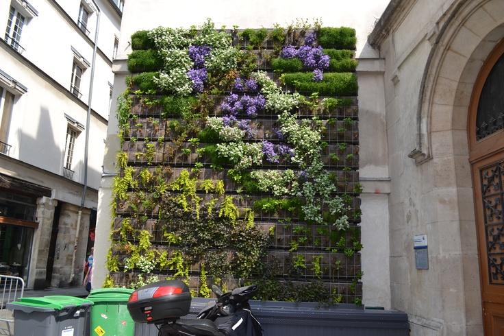 Bezoek Parijs. Muur als eyecatcher. www.inretail.nl/mijninspiratie