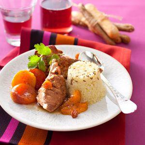 Recette d'épaule d'agneau aux abricots. Mettez les abricots à réhydrater dans un bol d'eau chaude. Pelez et émincez les oignons. Faites chauffer l'huile dans une cocotte. Faites dorer les morceaux d'agneau 6 à 7 min en les retournant. Salez, poivrez. Ajoutez les oignons. Poursuivez la cuisson 5 min en mélangeant...