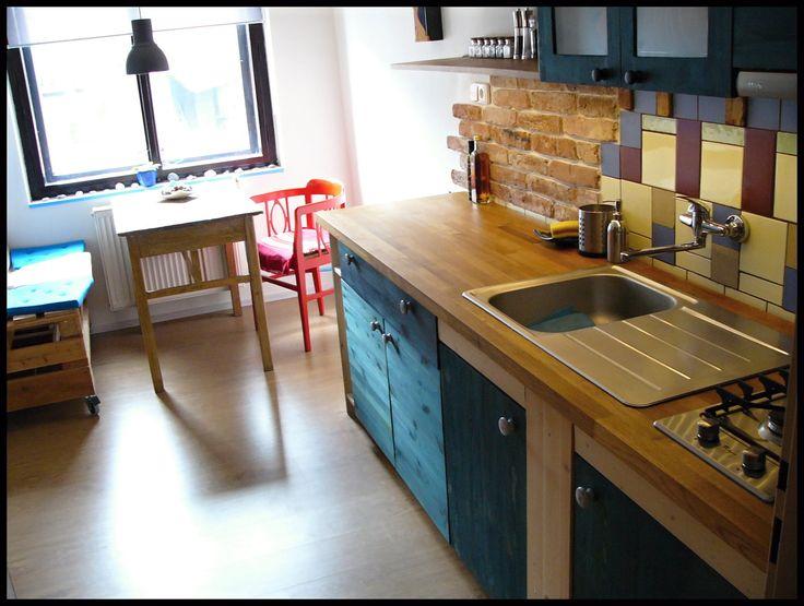Kuchyň / Kitchen Kuchyň vyrobená celá pouze z masivního dřeva (včerteně korpusů). Kombinace borovice a dubu (kuchyňská deska - délka 2,5m). Natřeno olejovými barvami PNZ. Cena včetně spotřebičů (varná deska, dřez, digestoř). Možnost jakékoli úpravy změny tvaru.
