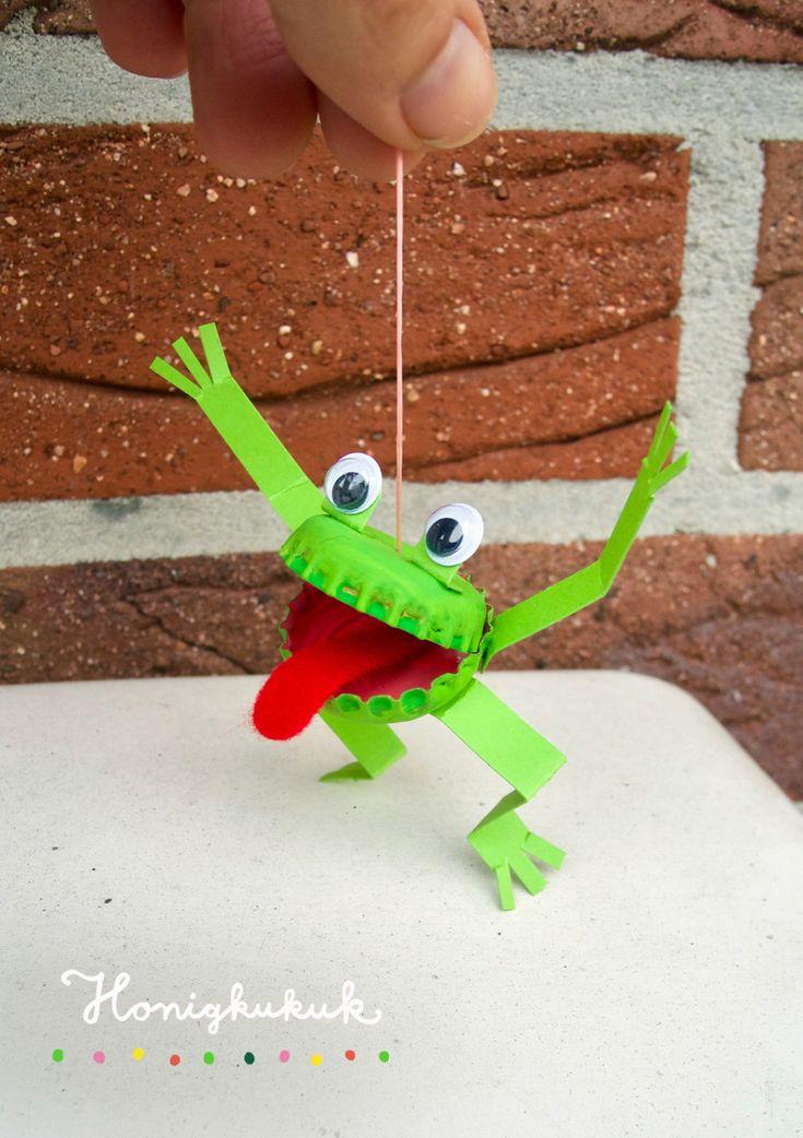 Dieser Kronkorken-Frosch kann am Gummiband quietschvergnügt durch die Gegend hüpfen oder gemeinsam mit dir tanzen!