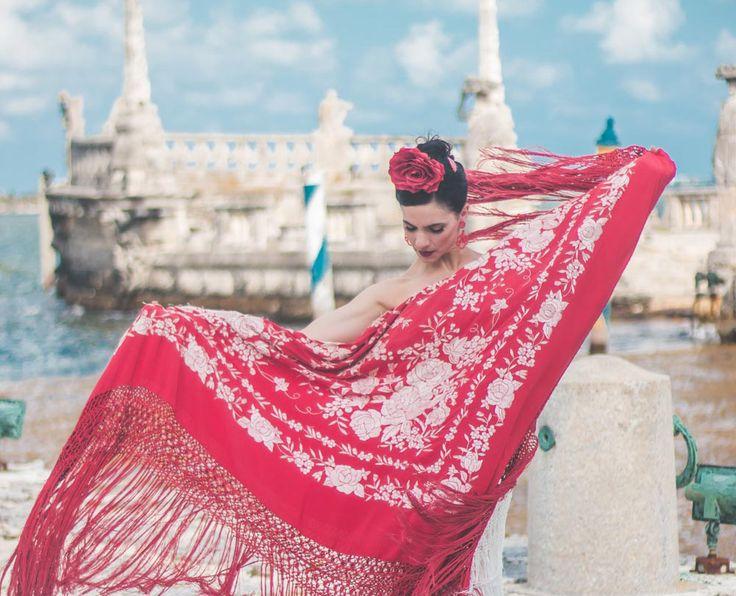 Despliega el contenido de tu alma, con valentía asume tus colores y muestra tu luz... ofrécete una mirada curiosa... descúbrete desde el asombro... desde el amor y disfrútate a plenitud. Fotografía Adri Porras Photo Vestuario Cachela Judez Moda Flamenca Producción Sabrina Martinez #Flamenco #Bailaora #Dancer #FlamencoDancer #TiemposDeCambio #Danza #Arte #Art #CarmenGarza #CarmenFlamenca