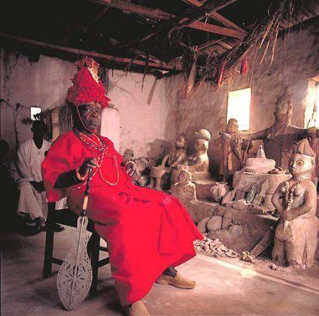 1988年~1991年にフランスの写真家Daniel Laine氏がアフリカ大陸をまわり、当時アフリカ各地に存在した王様や酋長を撮影した写真です。世界広しと言えどもアフリカほど独特な民族衣装や化粧などはないのではない...