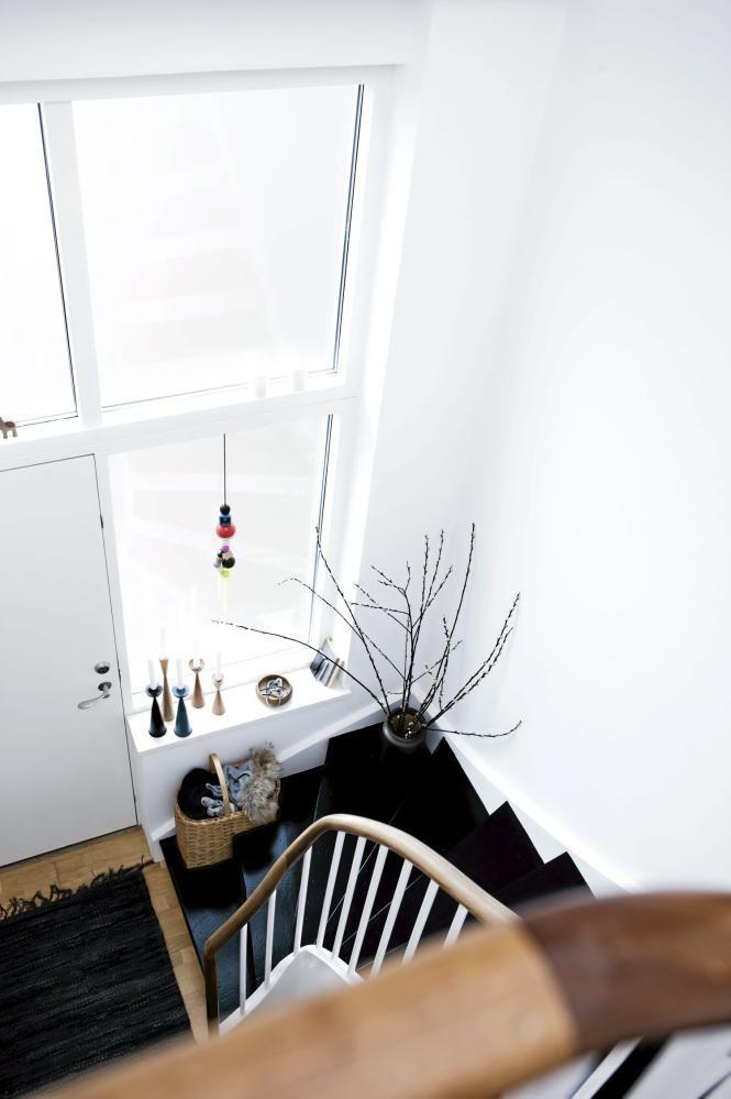Med naturlig treverk og effektfulle kontraster står entreen for en vennlig velkomst. Håndløperen har blitt oljet og fått ny glød. Noen strøk med svart maling på trappetrinnene har gitt entreen en ny frisk.