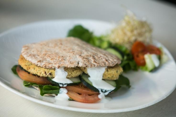 VOP Café bistró atiende desde las 08:00 horas. Lo más requerido: Sandwich falafel.
