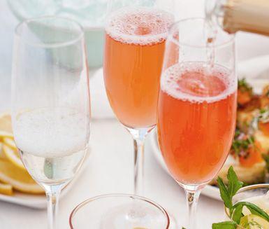Ett charmigt drinkrecept på Sparkling rhubarb som passar bra att servera som fördrink vid festliga tillfällen. Drinken är fruktig och syrlig med rabarbersaft, citronjuice och alkoholfritt mousserande vin.