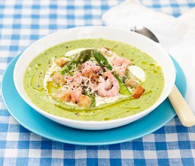 En len och smakrik soppa med ett härligt sting av pepparrot. Räkorna gör soppan mer matig och krutongerna ger ett gott och krispigt inslag. Avsluta med en klick créme fraiche på toppen för en fräsch touch!