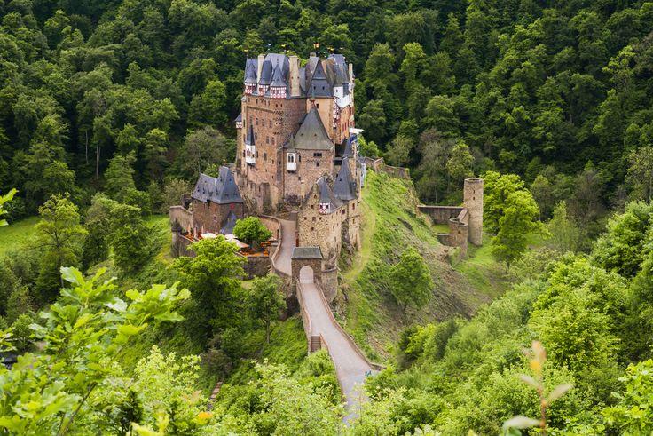 Eltz - leży nad Mozelą. Ozdobiona licznymi wieżami budowla wydaje się wyrastać wprost z lasów doliny. Pochodzi z XII wieku i była rozbudowywana przez kolejne czterysta lat. Wnętrze zamku przetrwało niemal nietknięte od czasów średniowiecza, łącznie z meblami, ozdobami, malowidłami ściennymi i arrasami. Skarbiec kryje zaś olbrzymią liczbę wyrobów ze złota i srebra, a także broń i zbroje