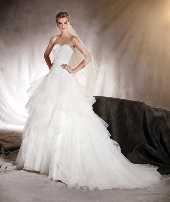 A fantasy #weddingdress that gives off an air of both calm and enthusiasm on such a beautiful day.