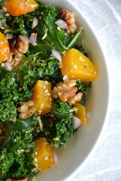 Salade de kale cru et courge butternut rôtie aux noix - Sauce citronnée au sésame http://www.lesrecettesdejuliette.fr