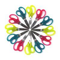 Colourful school scissors from PLUS Japan. Child-safe, safety-tip blades, precise crafting. Bunte Kinderschere von PLUS Japan. Leicht gebogene Klingen für einfaches und sauberes Schneiden sowie Runde Spitze für sichere Anwendung.