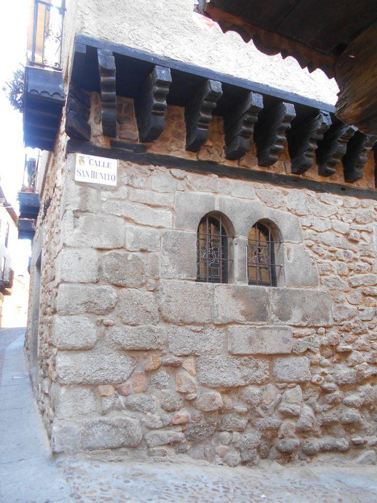 Ménsulas y ventanas de tipo gótico en un edificio pintoresco.