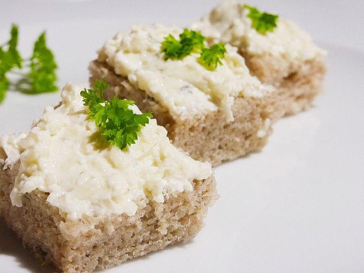Sýry nastrouháme, česnek rozetřeme a vše dohromady utřeme s pomazánkovým máslem.Pomazánku zředíme zakysankou, dosolíme podle chuti a uložíme v...