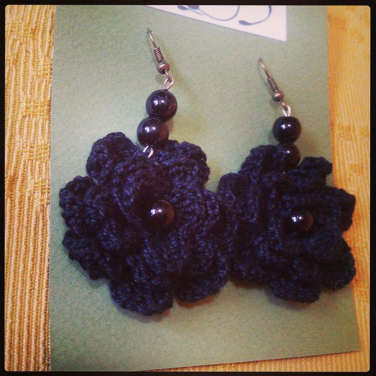 lindos aritos en forma de flor tejidos a crocher con apliques