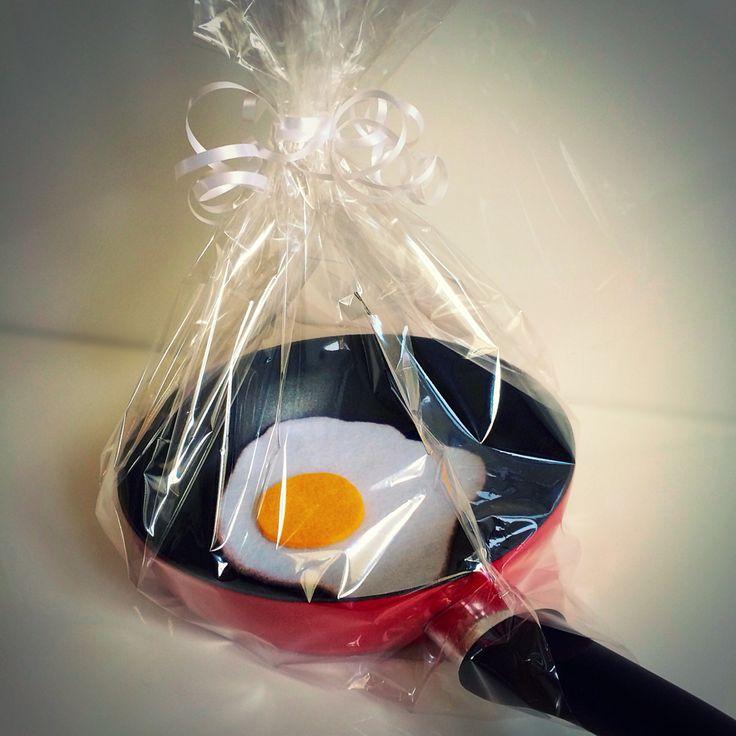 Ook als je een koekenpan cadeau geeft dan kan je er (met een gebakken eitje van vilt) iets moois van maken