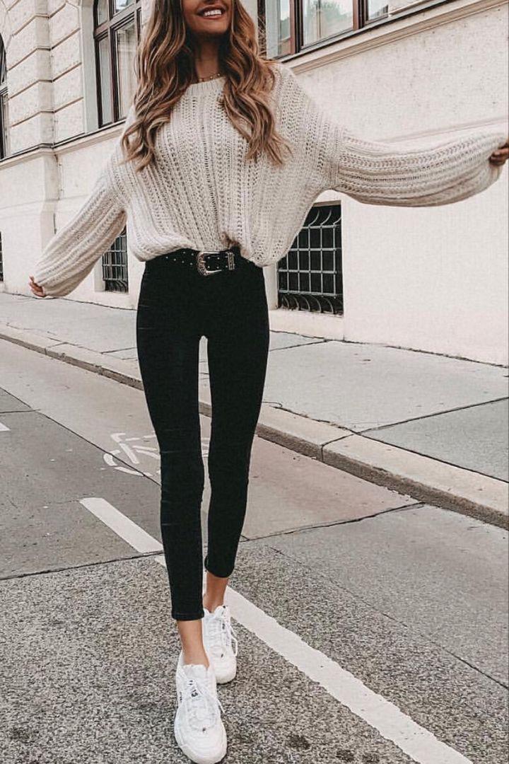 Beiger Pullover mit schwarzer Hose – Frauen Schuhe Mode