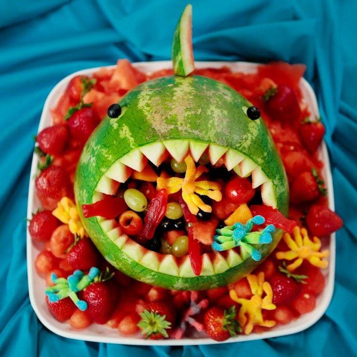 sculpture sur fruit - requin en pastèque remplie de fruits multicolores