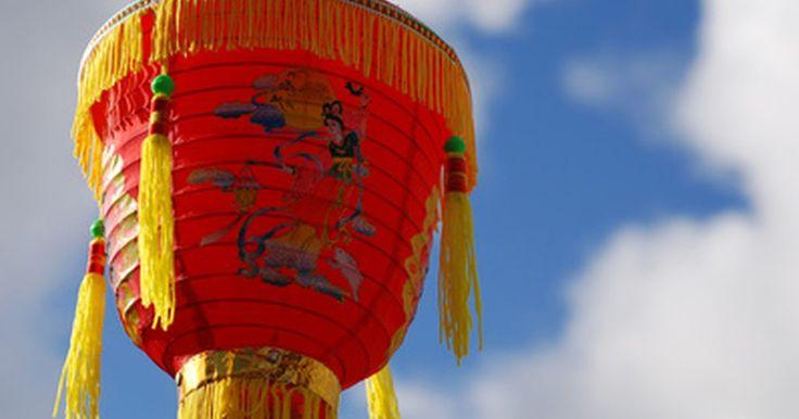 Qué simbolizan las linternas chinas. Las linternas chinas se originaron alrededor del año 230 a.C. y son consideradas los primeros aparatos de iluminación portátiles. Hoy en día se utilizan para celebraciones y conmemoraciones. Alguna vez se creyó que ahuyentaban a los espíritus malignos, según sostienen siglos de antiguas tradiciones, y simbolizan el pasado y el futuro de China. ...