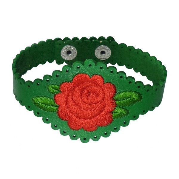 Armband van rundleer in groen met een rode geborduurde roos. Op werkdagen voor 21.00 uur besteld, de volgende dag in huis.