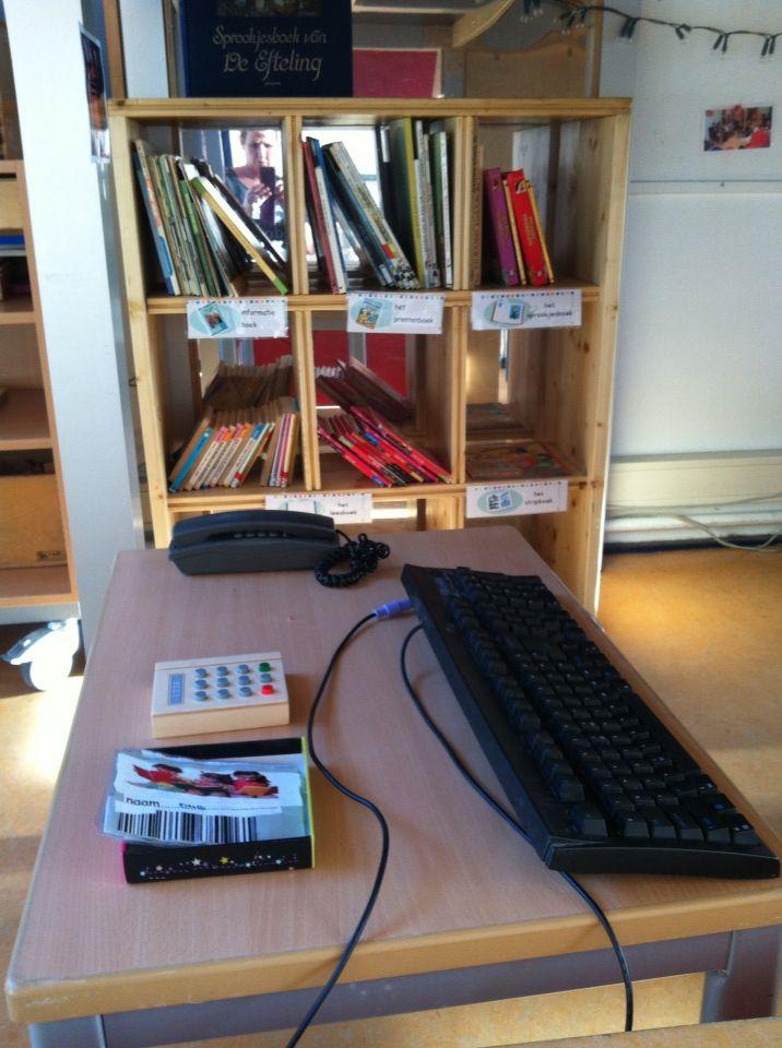 Bibliotheek hoek. De boeken staan gesorteerd op soort boek.
