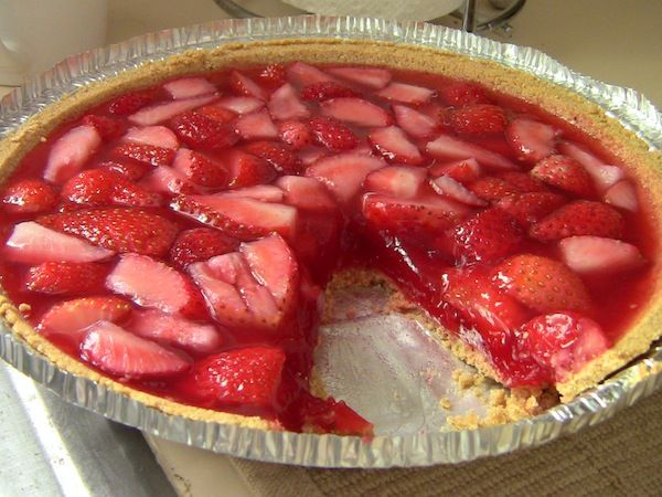 The store bought crust in this picture makes this strawberry jello pie look slightly less appealing, but I'm pinning it for the filling recipe.