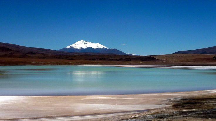 Un lac bleu et sa montagne enneigé au beau milieu du désert d'Atacama #Chili à Uyuni #Bolivie