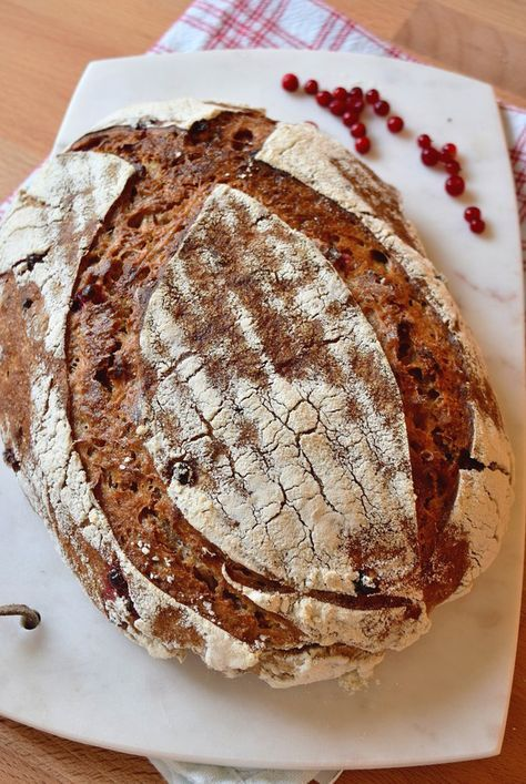 Lingonberry sourdough bread ~ No yeast just sourdough! ~ Surdegsbröd med lingon. Baka ditt egna surdegsbröd med smak av lingon. Ingen tillsatt jäst. Vegansk.