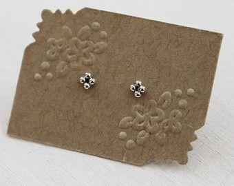 Mini Triple parel-oorbellen in zilver. Beaded Stud Oorbellen.