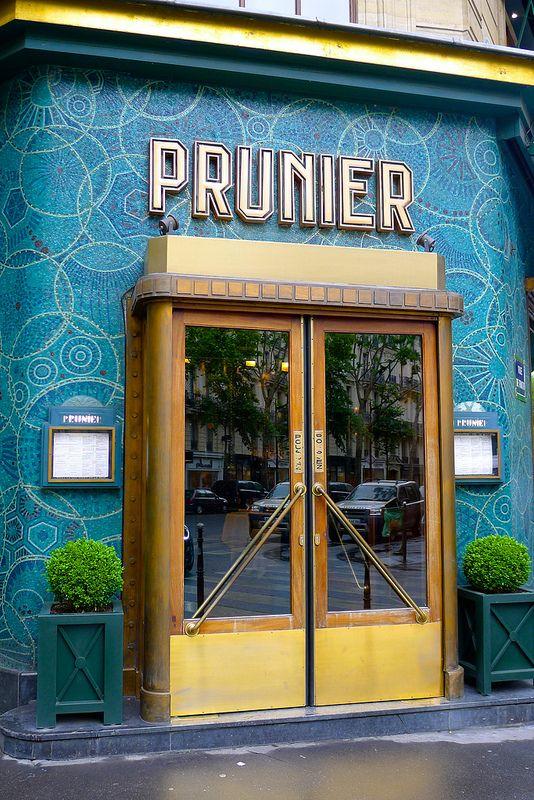 Restaurant Prunier, angle de l'avenue Victor Hugo et de la rue de Traktir - 16ème arrondissement- Paris - France