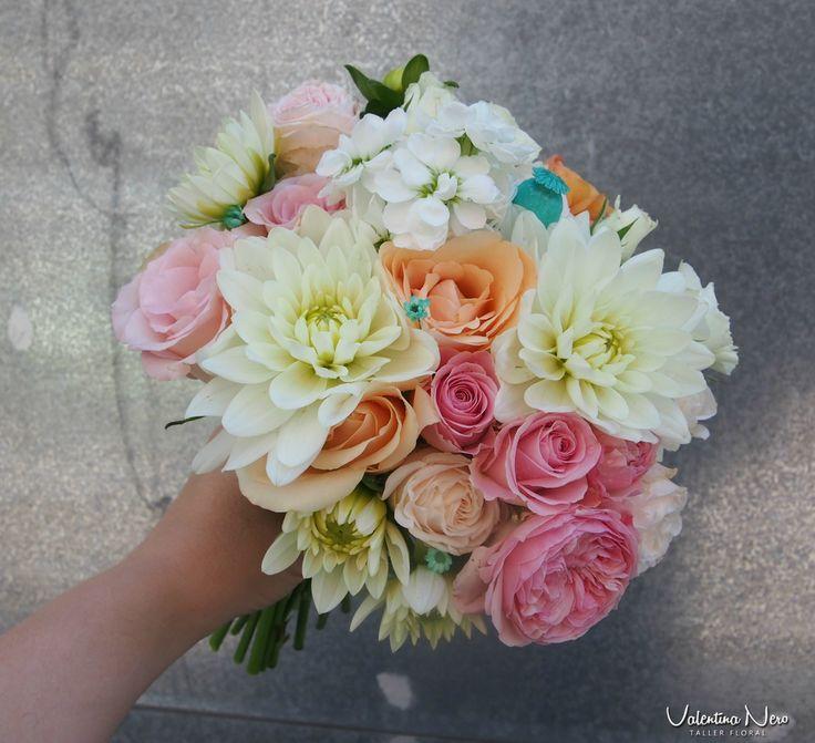 Ramo de novia con flores frescas en tonos rosados, naranjas y blancos.