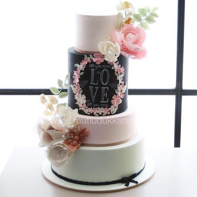 Düğün pastası - pasta üzerinde çiçek eğitimimizde öğretilen çiçek buketinin tamamı kullanılmıştır - cake design inspiration : pinterest #mutludukkan #sozpastasi #nisanpastasi #dugunpastasi #sekerhamuru #butikpasta
