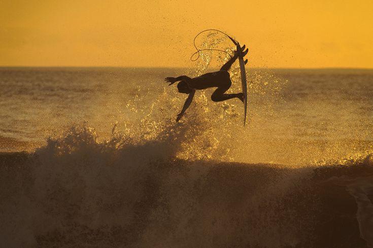 """João """"Brek"""" Bracourt verbringt fast schon sein ganzes Leben im Wasser: Im Alter von elf Jahren begann er mit dem Speerfischen, mit14 Jahren stand er zum ersten Mal auf dem Surfbrett und seine größte Leidenschaft, die Surf-Fotografie, entdeckte er mit 35. Wenn man wie Bracourt in unmittelbarer Nähe zur Küste aufwächst, dannnimmt man dasMeerwasser mehr oder wenigermit der Muttermilch auf.... Weiterlesen"""