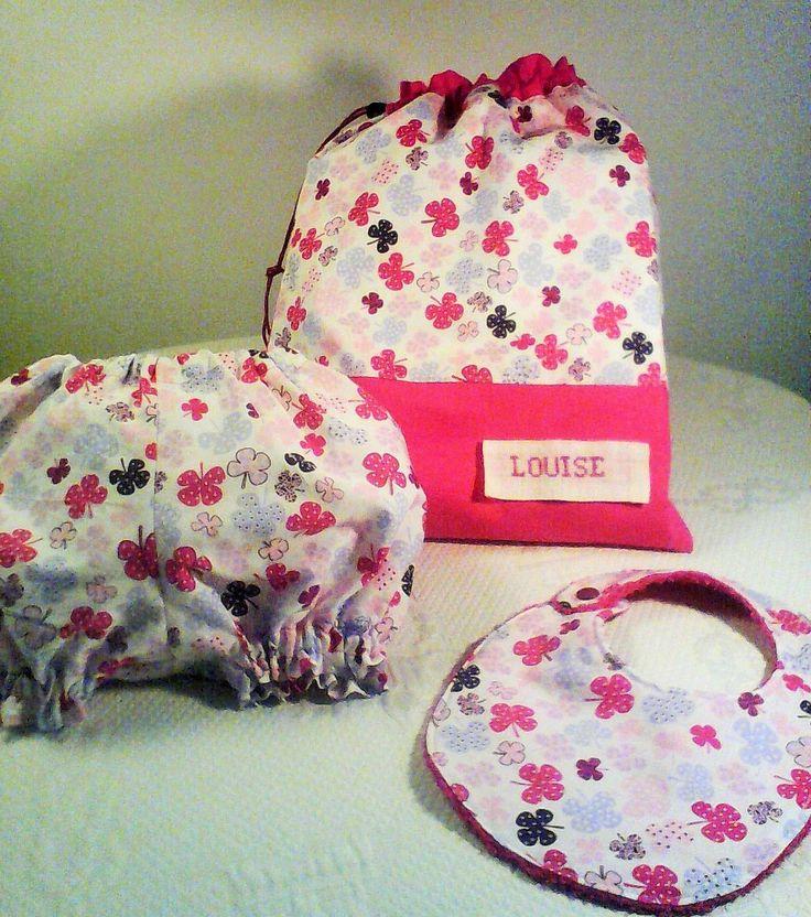 """Cadeau de naissance,bavoir,bloomer,pochon de rangement;coton """" trèfles a 4 feuilles """" ,dégradés de rose ,et fuchsia. : Mode Bébé par kate27"""
