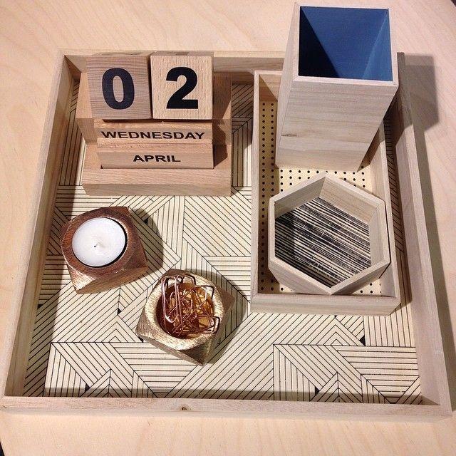 Piffa kontoret med lite nya grejer från House Doctor. Bricka trä 69kr. Kalender 299kr. Ljuslykta 135kr/st. Kontorsset med två småbrickor och pennställ 105kr/set. #selectedbyroom #housedoctor