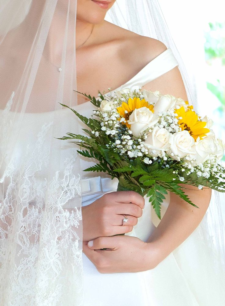 Bride with white and yellow bouquet #NelloDiCesarePhotography #bouquet #rose #flowers #yellow #white #wedding
