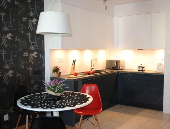 kuchnia grafitowo biała w małej kawalerce  my kitchens   -> Kuchnia Grafitowo Drewniana
