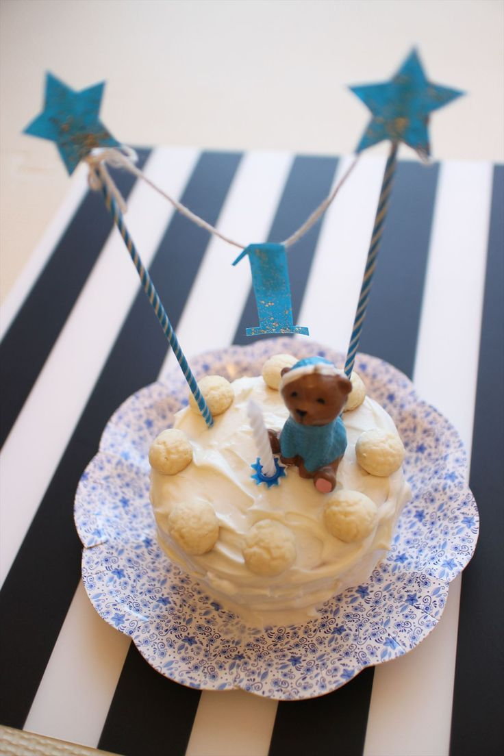 1才の誕生日ケーキを手作りしました!!男の子なので飾りつけはブルー系で統一!!乳児向けなので・・・生クリーム → → → 水切りヨーグルト。ケーキ → → → パンケーキ。卵ボーロ → → → 卵なしボーロ。に代替。作り