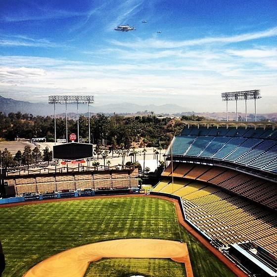 Space Shuttle Endeavor over Dodger StadiumShuttle Endeavour, Dodgers Stadium, Shuttle Endeavors, Endeavour Final, Endeavors Fly, Baseballdodg Basebal, Final Flight, Spaces Endeavors, La Dodgers