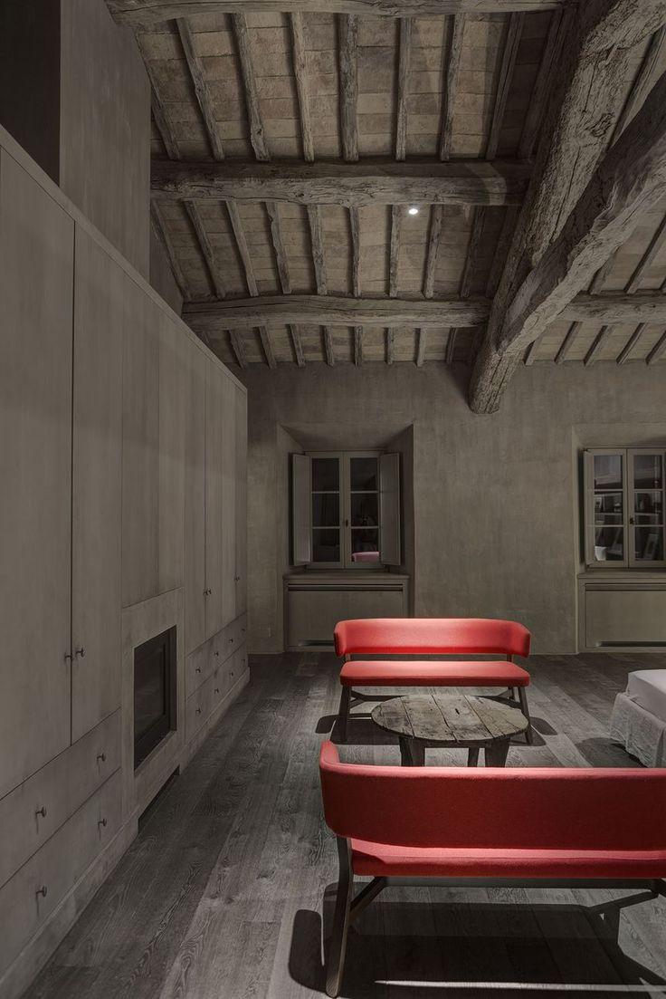 HOUSE IN MONTALCINO. Toscana /Italy / 2015 Principal Architect: Marco Pignattai  Supplier: Davide Groppi Type: Single-family residence / Building Recovery and Renewal. Photographs: Fausto Mazza.