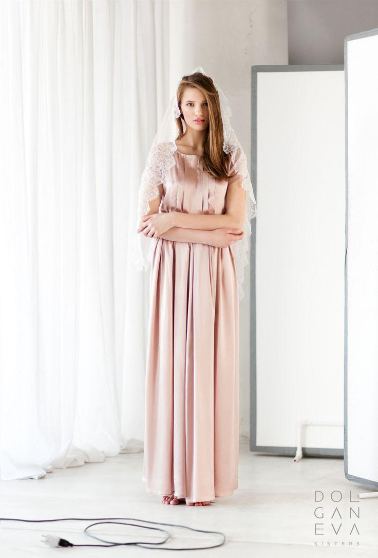 Очень нежное венчальное платье с фатой из тончайшего кружева. Very gentle wedding-dress with a veil of fine lace