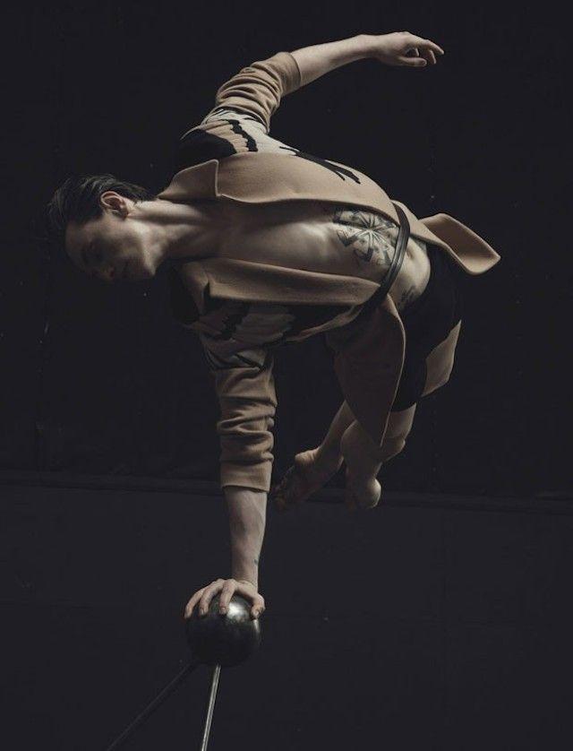 Pour le magazine Numero Homme, le photographe Jacob Sutton a réalisé un shooting avec le danseur de ballet ukrainien Sergueï Polounine. Sur le thème des « jeux de scène », le danseur s'est adonné à des postures élégantes et des élancements aériens majestueux. L'ensemble des photos est disponible dans la galerie.
