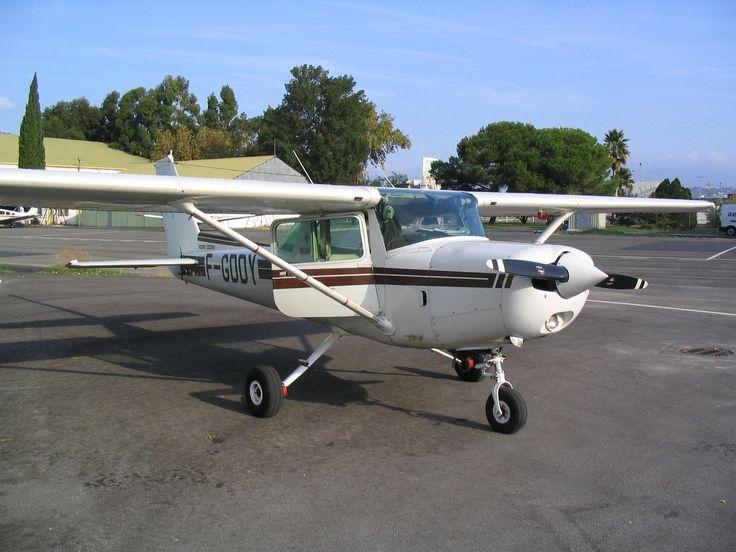 L'avion à terre avant son travail de repérage