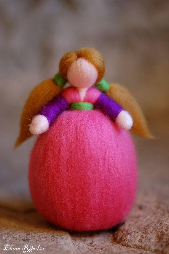 Dolce piccola bambolina in lana fiaba unica nel suo genere, realizzata interamente a mano con cura e amore secondo i principi della