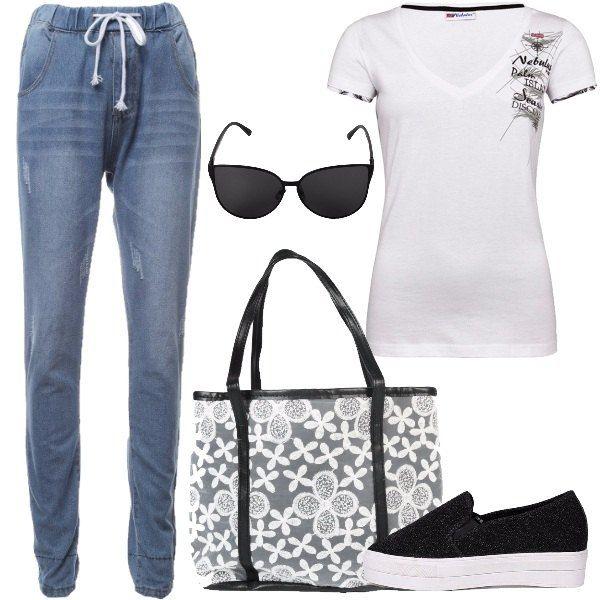 Total look semplice e comodo formato da un jogger jeans con risvolto a quadri, una t-shirt di cotone bianco con stampa, un paio di slip-on glitterate di nero con plateau bianco, una shopper a fiori e un paio di occhiali da sole neri.