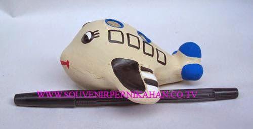 souvenir tempat pensil berbentuk pesawat khas jogjakarta