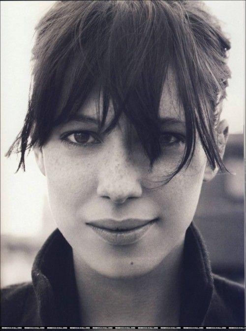Rebecca Hall,  es una actriz inglesa de cine y televisión. Hija del director Peter Hall y la soprano estadounidense Maria Ewing.