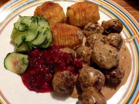 Gräddstuvade vegetariska köttbullar med hasselbackspotatis, pressgurka och rårörda lingon