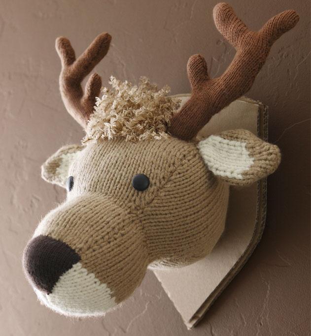 Modèle trophée cerf jersey : la chambre de bébé se fait folk et authentique avec notre ami Hubert le cerf. Un modèle de trophée tricoté en jersey et jacquard composé à 25% de laine. 2 boutons de 20 mm pour les yeux.