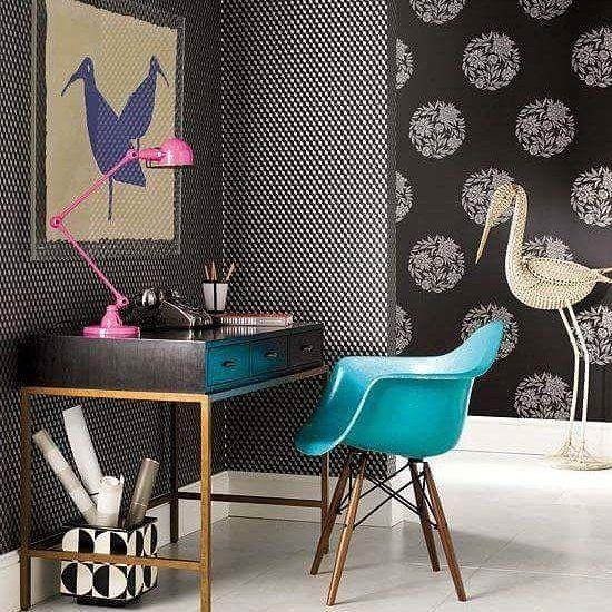 Que tal um escritório ousado e moderno? Um papel de parede estampado e uma cadeira colorida são ótimas escolhas.  #bomdiaa #designdeinteriores #arquiteturadeinteriores #homeoffice #work #design #decorating #inspiring #inspiração #home #homesweethome #Black #escritorio #segundafeira #decorhome